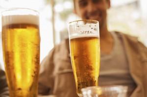 Uống bia điều độ giúp phái mạnh sung mãn