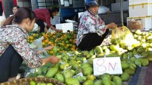 Chợ hoa quả đồng giá ở Hà Nội
